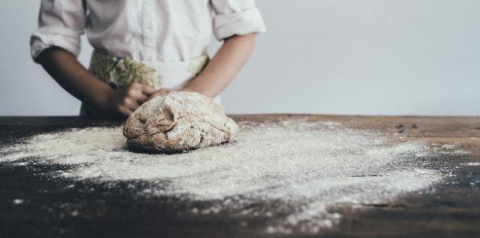Bäcker beim Kneten