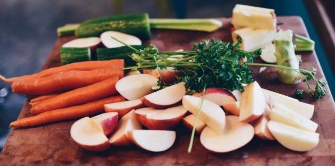 Gemüse und Obst auf Brett